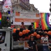 Orange et noir parmi les couleurs rainbow