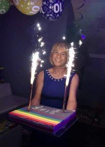 Noémie porte fièrement le gâteau des 10 ans de Mobilisnoo
